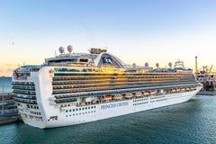 Kronprinsessa Cruise Ship som anslutas p? terminalen f?r Barcelona kryssningport p? solnedg?ngen arkivbild