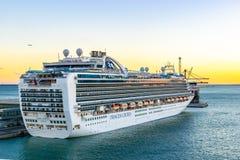 Kronprinsessa Cruise Ship som anslutas p? terminalen f?r Barcelona kryssningport p? solnedg?ngen fotografering för bildbyråer