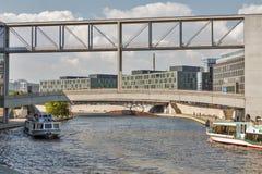 Kronprinzenbruckebrug over Fuifrivier in Berlijn, Duitsland royalty-vrije stock afbeelding