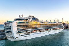 Kronprinzessin Cruise Ship angekoppelt am Barcelona-Kreuzfahrt-Hafenterminal bei Sonnenuntergang stockfotografie