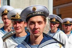 Kronstadt,俄罗斯- 2012年9月5日,第二个计划的演员在电视系列节目的套的关于俄国官员潜水艇人员的 免版税库存照片