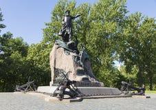 Kronstadt,船锚正方形,对斯捷潘・马卡罗夫,著名俄国海军司令员海军上将的一座纪念碑 桥梁okhtinsky彼得斯堡俄国圣徒 库存图片