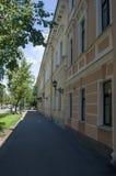 Kronstadt, Ruusia - 2014年7月16日 与一个灯笼的一个老大厦在Kronstadt Kronstadt是城市堡垒在波罗地 库存照片