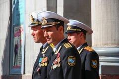 Kronstadt, RÚSSIA - 5 de setembro de 2012, atores Dmitry Ulyanov, Maksim Averin e Mitya Labush no grupo da série de televisão sob fotografia de stock