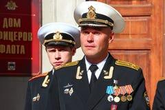 Kronstadt, RÚSSIA - 5 de setembro de 2012, atores Maksim Averin e Mitya Labush no grupo da série de televisão sobre o oficial-sub foto de stock royalty free