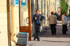 Kronstadt, RÚSSIA - 5 de setembro de 2012, os suportes do polícia da mulher do russo guardam na rua perto da loja, o 5 de setembr fotografia de stock royalty free