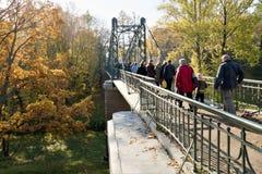 Kronstadt, Rússia, em outubro de 2018 Ponte pedestre da suspensão do ferro no parque da cidade do mar fotos de stock