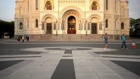 KRONSTADT, ROSJA â€' SIERPIEŃ 27 2016: Widok od Yakornaya kwadrata na Morskiej katedrze święty Nicholas w Kronstadt jest zbiory wideo