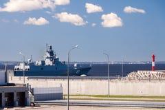 KRONSTADT, ROSJA - 21 MAJ: Statek przechodzi przez kompleksu ochronne budowy od powodzi, ROSJA - 21 2017 MAJ Obraz Stock