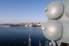 Kronstadt, Russland, im Oktober 2018 Ansicht der Bucht und der alten Stadt vom Kriegsschiff stockfoto
