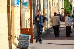 Kronstadt, RUSSLAND - 5. September 2012 schützen russische Frauenpoliziststände auf der Straße nahe dem Shop, am 5. September 201 Lizenzfreie Stockfotografie