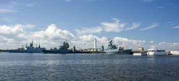 Kronstadt Ruusia, Lipiec, - 16, 2014 Bojowi statki na roadstead Morska baza w Kronstadt zdjęcia stock