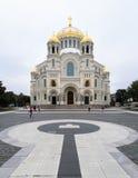 Kronstadt, Yakornaya kwadrat, St Nicholas katedra przeciw niebu obraz stock