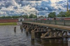 Kronverksky bro nära Peter och Paul Fortress Det förbinder Arkivfoto