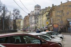 Kronverskiy-Allee St Petersburg, Russland, Autos parkte entlang Lizenzfreies Stockfoto