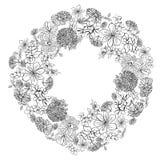 Kroon met de bloesem van schetsbloemen op witte achtergrond vector illustratie