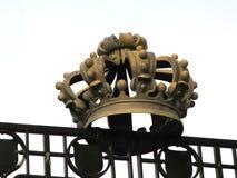 Kroon op de poort van de dierentuin in Antwerpen stock foto's