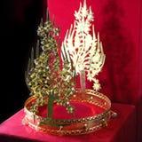 Kroon op een rode achtergrond royalty-vrije stock afbeeldingen