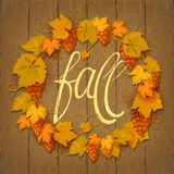 Kroon van de bladeren van de de herfstdruif op een donkere houten achtergrond met exemplaarruimte voor de inschrijving in het cen Royalty-vrije Stock Fotografie