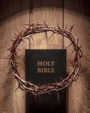 Kroon van doornen en bijbel stock foto