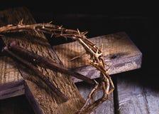 Kroon van Doornen en Spijkers op een Houten Kruis stock foto's