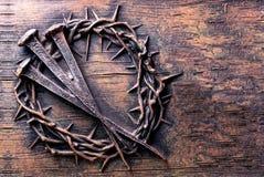 Kroon van doornen en spijkers op steen worden gegraveerd die stock fotografie