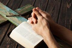 Kroon van doornen met handen in gebed worden gevouwen dat Stock Fotografie