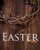 Kroon van doornen op een houten achtergrond - Pasen stock foto's