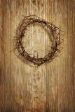 Kroon van doornen op grunge houten achtergrond stock afbeelding