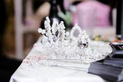 Kroon voor de bruid op de lijst stock fotografie