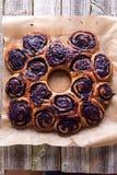 Kroondessert van bosbessenbroodjes dat wordt gemaakt Stock Fotografie