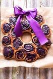 Kroondessert van bosbessenbroodjes dat wordt gemaakt Royalty-vrije Stock Afbeeldingen