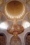 Kroonluchter binnen de Moskee van Shiekh Zayed Stock Foto's