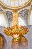 Kroonluchter binnen Sheikh Zayed Grand Mosque Stock Foto's