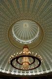 Kroonluchter en verfraaid plafond Royalty-vrije Stock Afbeelding