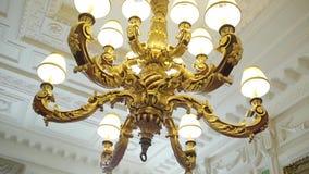 Kroonluchter het hangen onder een plafond in een paleis De kroonluchter van het luxeplafond stock video