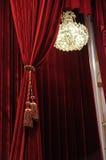 Kroonluchter met rode gordijnen Royalty-vrije Stock Foto