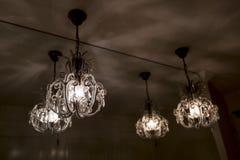 Kroonluchter mooie lichten door glas stock foto