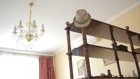 Kroonluchter, plafondlamp die in het geval van een aardbeving slingeren stock footage