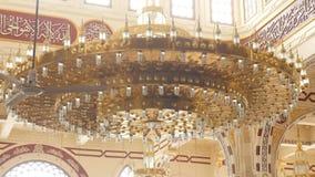 Kroonluchterdecoratie in de Moslimkerk stock videobeelden