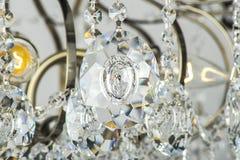 Kroonluchterlicht in binnenland, Chrystal-kroonluchterclose-up kristaldeel van kroonluchter, kroonluchter, verlichting, materiaal Royalty-vrije Stock Foto's