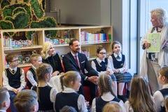 Kroonprins Haakon, Kroonprinses Mette-Marit van het Koninkrijk van de vergadering van Noorwegen met kinderen bij Nationale Biblio stock afbeelding