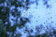 Kropelki deszcz na okno fotografia stock