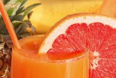 Kropelki woda na pomarańczowej tubce dla koktajlu w cytrusa koktajlu, sok Zdjęcie Stock