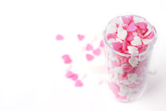 Kropi serce w otwartej pigułki butelce, miłość jest medycyną Zdjęcia Royalty Free