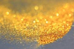 Kropi złocistego pył i połyskuje światła na ciemnym tle zdjęcia stock