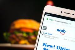 """KROPIVNITSKIY, DE OEKRAÏNE € """"8 JULI, 2018: IHOP-website op mobiel royalty-vrije stock afbeelding"""
