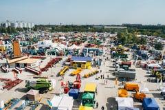 """KROPIVNITSKIY; UKRAINA †""""22 Wrzesień; 2017: Panoramicznego widoku rolnicza wystawa Agroexpo-2017 Eksponenty, goście zdjęcia royalty free"""