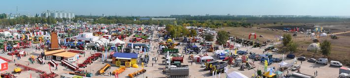 """KROPIVNITSKIY; UKRAINA †""""22 Wrzesień; 2017: Panoramicznego widoku rolnicza wystawa Agroexpo-2017 Eksponenty, goście obraz royalty free"""