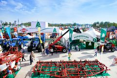 """KROPIVNITSKIY; UKRAINA †""""22 September; 2017: Jordbruks- utställning Agroexpo-2017 för panoramautsikt Utställare besökare arkivfoton"""